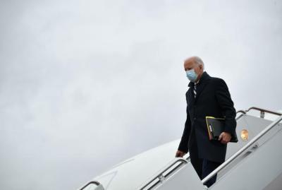 مرة جديدة.. جو بايدن يتعثر أثناء صعوده إلى الطائرة (فيديو)