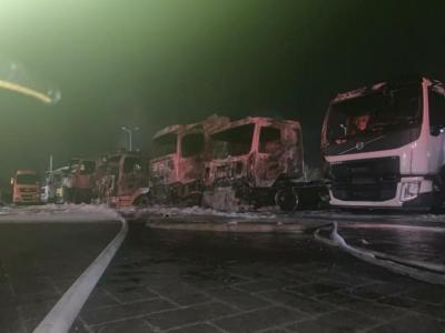 """بالفيديو.. حريق هائل يطال عددا من الشاحنات بـ """"حيفا"""""""