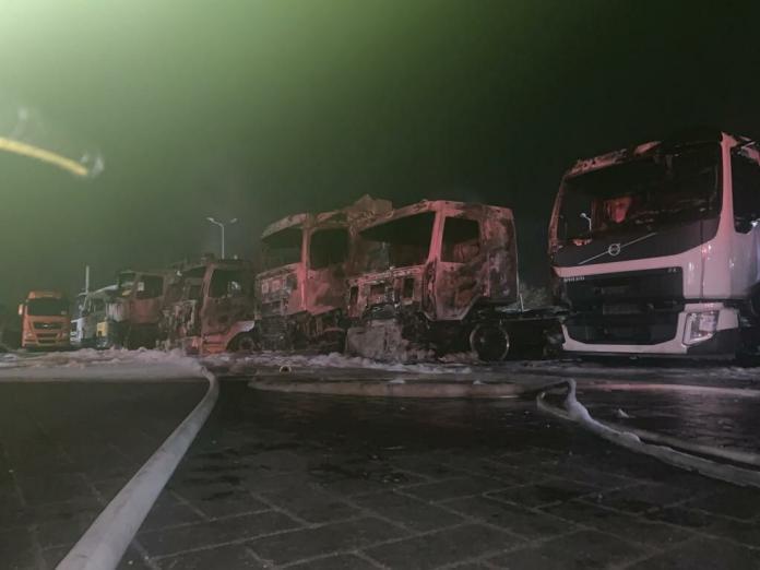 بالفيديو.. حريق هائل يطال عددا من الشاحنات بـ