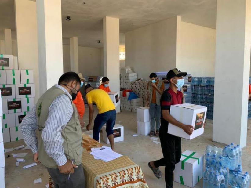 المساعدات الغذائية التي يقدمها اتحاد جمعيات المزارعين الفلسطينيين في مشروع وقفة كرامة