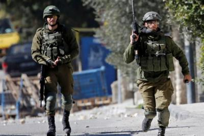 جيش الاحتلال يحاصر منطقة في عقربا ويطالب عبر مكبرات الصوت أشخاصا بتلسيم أنفسهم