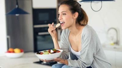 تجنبي هاتين العادتين السيئتين في تناول الطعام