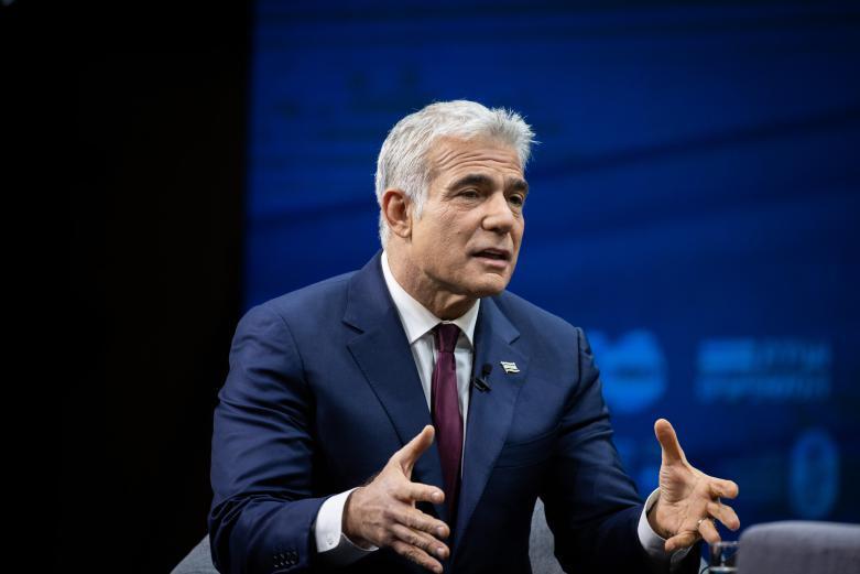 صحيفة: لبيد سيركز على تحسين العلاقات مع أمريكا والأردن والسلطة الفلسطينية