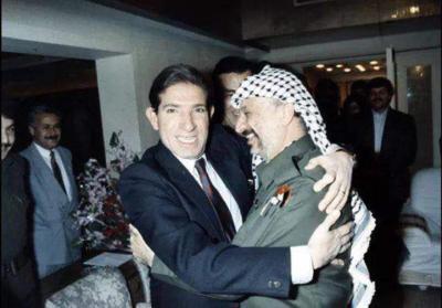 حكاية صورة جمعت الزعيم أبو عمار بالراحل محمد عوض في ذكرى ميلاده