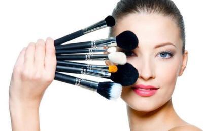 تستخدمها النساء يوميًا.. أمراض قاتلة تختبئ في مستحضرات التجميل