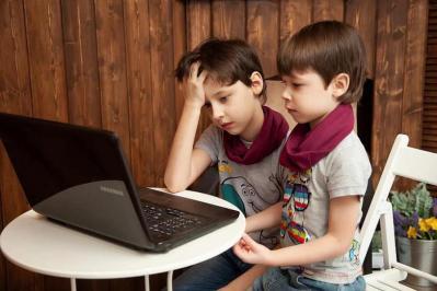 مراقبة الآباء لتأثيرات التكنولوجيا على الأطفال تتطلب جهدا كبيرا