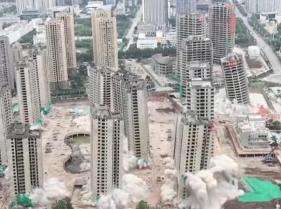 شاهد| لحظة تفجير 15 ناطحة سحاب في الصين وانهيارها دفعة واحدة