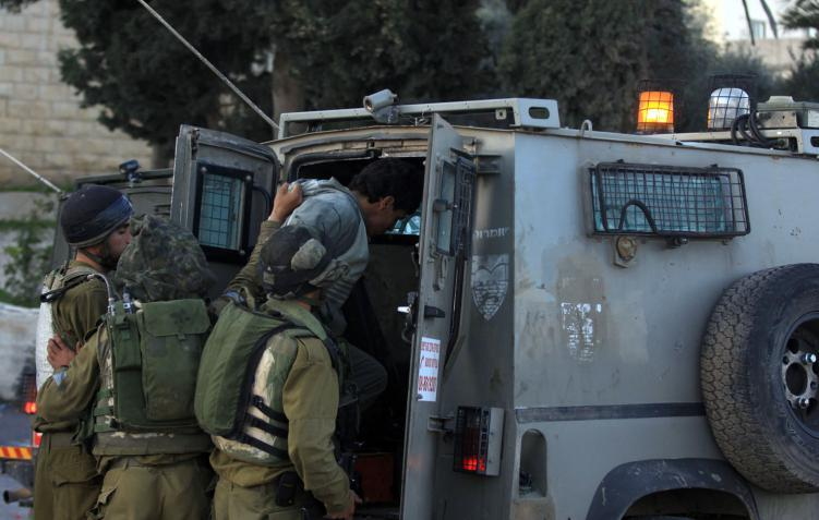 الاحتلال يشن حملة اعتقالات واعتداءات بالضفة الغربية