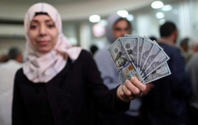 """قناة عبرية: بينيت يفكر بإعادة إدخال أموال المنحة القطرية """"بالحقائب"""" إلى غزة"""