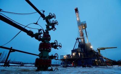 النفط يصعد للجلسة الثانية بدعم من انخفاض الإنتاج الأمريكي