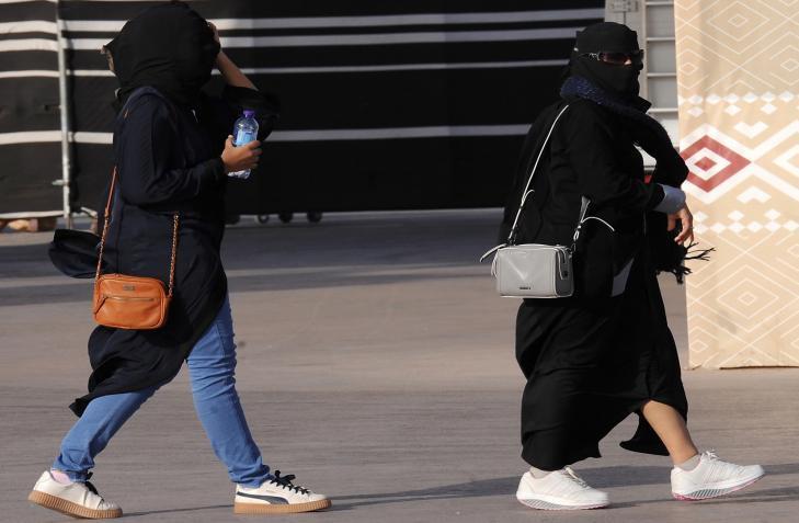 السعودية.. رجل يتحرش بالنساء في أحد المرافق العامة