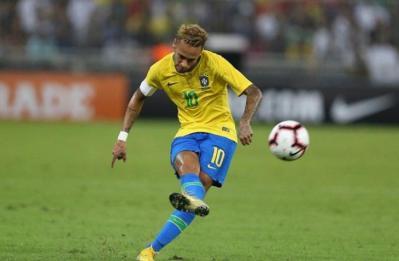 خلع قميصه رداً على اتهامه بالسمنة.. نيمار يشتكي من عدم احترام الجماهير البرازيلية