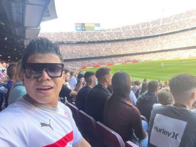 (صور) عمر كمال يحضر مباراة برشلونة وريال مدريد ويرتدي تي شيرت الزمالك