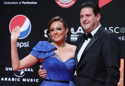 شاهد بالصور.. الفنانة بشرى وزوجها على السجادة الحمراء في ختام مهرجان الجونة