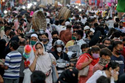 الهنود يحتفلون بتقديم مليار جرعة من لقاحات (كورونا) بالغناء والرقص