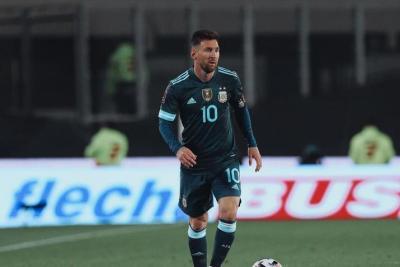 ليونيل ميسي يسخر ويهاجم البرازيلي سامبايو حكم مباراة الأرجنتين وبيرو - شاهد