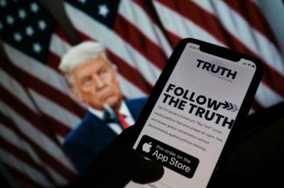 """ترامب يتحدى فيسبوك وتويتر يطلق شبكة """"تروث سوشل"""""""