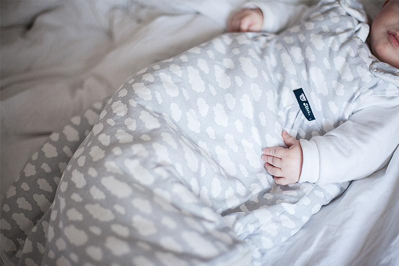 baby-schlafsack-alvi-wolken-1