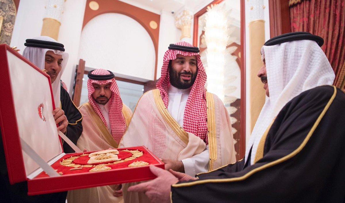 ملك البحرين يمنح ولي العهد محمد بن سلمان وسام الشيخ عيسى بن