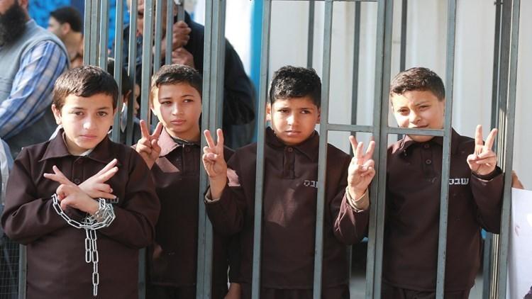 أكثر من 400 طفل فلسطيني في معتقلات الاحتلال