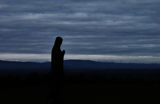 האם נשים חייבות במצוות תפילה? ואם כן, עד כמה? * מאמר עיוני בהלכה