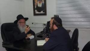 מנחם ברונפמן משוחח עם יחזקאל סופר