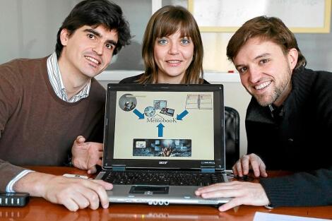 Íñigo Álvarez, Sara Aguado y Luis Gómez muestran una imagen del proyecto.   J. M. Lostau