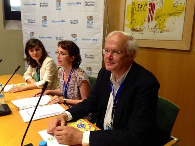 Christopher Dobson (Científico), Teresa Gómez-Isla (Neuróloga) y Natalia Carulla (Institut de Recerca Biomédica). Foto Europa Press