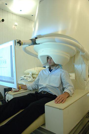 La Magnetoencefalografía (MEG) es una técnica no invasiva que registra la actividad funcional cerebral, mediante la captación de campos magnéticos, permitiendo investigar las relaciones entre las estructuras cerebrales y sus funciones. La posibilidad de dichos registros viene determinada por la actividad postsináptica neuronal y por la activación sincrónica de millones de neuronas, lo que genera una actividad cerebral uniforme, diferenciada y localizada, capaz de ser registrada mediante magnetómetro localizados a lo largo de la convexidad craneal. (Wikipedia)