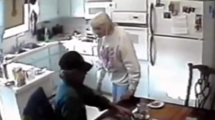 Probó un experimento con su madre enferma de Alzheimer…y todo cambió