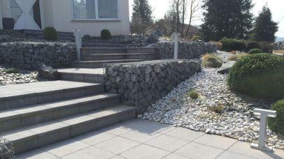 Aménagement d'escalier bordé de gabion et massifs arbustifs, Epinal