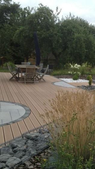 Terrasse bois entourée de gabion et massifs arbustifs, Epinal