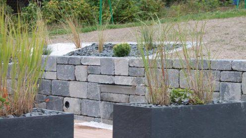 Muret en blocs bi-muro gris ardoise avec lame d'eau intégrée, Epinal