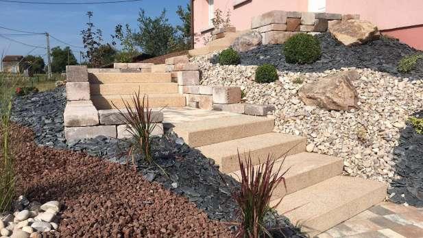 Escalier blocs de marches intégré à un aménagement de talus