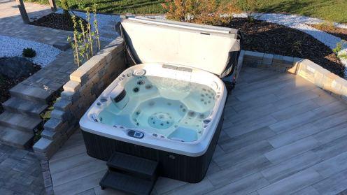 Aménagement de terrasse avec un spa jacuzzi