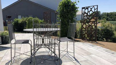 Terrasse avec pare-vues en métal