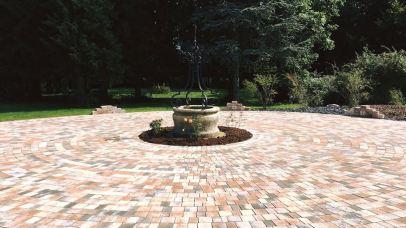 Terrasse circulaire avec puits