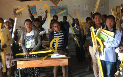 Distribution des kits d'enseignement dans le cadre du programme VAHATRA