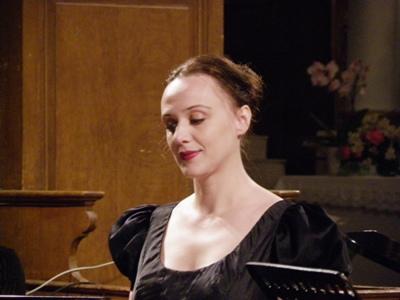 """C'est le moment du concert, Anne est en scène, son rôle dans l' """"Agnus Dei"""" est capital, nous aurons l'occasion de voir beaucoup d'auditeurs pleurer d'émotions à l'issue du concert."""
