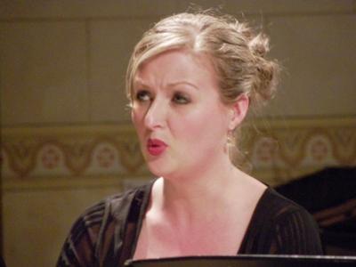 """Emilie suit le déroulement de la messe, elle fait forte impression au public dans ses airs et notamment dans le """" O Salutaris"""" et bien sûr dans le duo avec Anne """"Qui tollis"""", passage essentiel de cette """"Petite Messe""""."""