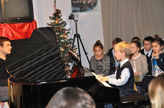 Jeune élève au piano.