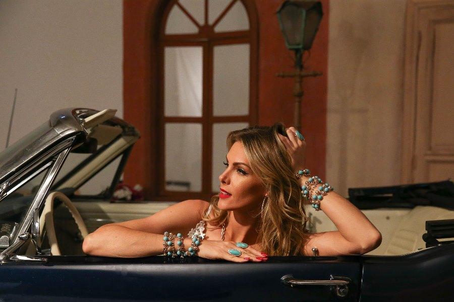 """33e3c76531113 Esses ritmos aparecem no movimento e cores das de joias da coleção Alegria  Latina""""."""