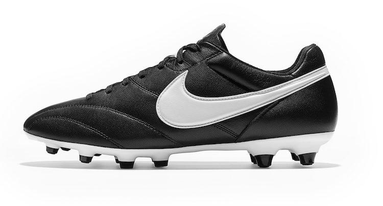 1b108f9582e Per quanto riguarda il calcio il primo prodotto creato da Nike è datato  1971  scarpa nera con suola bianca e tacchetti neri e… lo Swoosh.