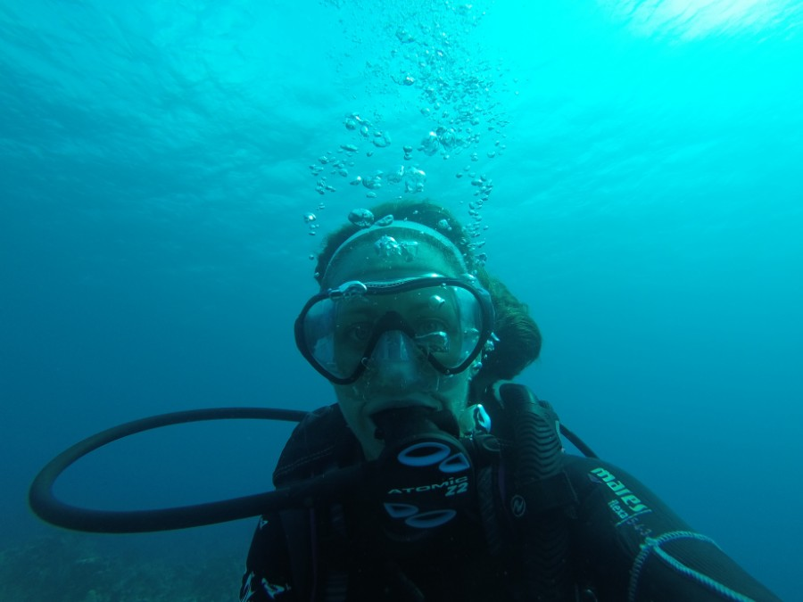 Amanda Walkins expat writer in Roatan scuba selfie