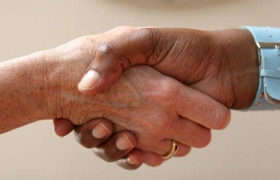 Modo di stringere la mano
