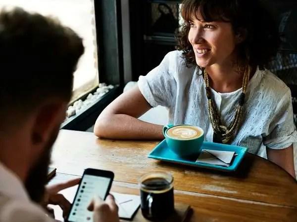 Relaciones sociales y compartir un café