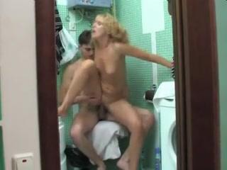 Spia il figlio nudo in bagno e si fa scopare da lui  AmaPorn