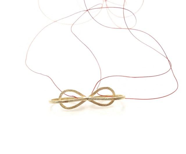 Colgante doble infinito de oro con hilo de seda