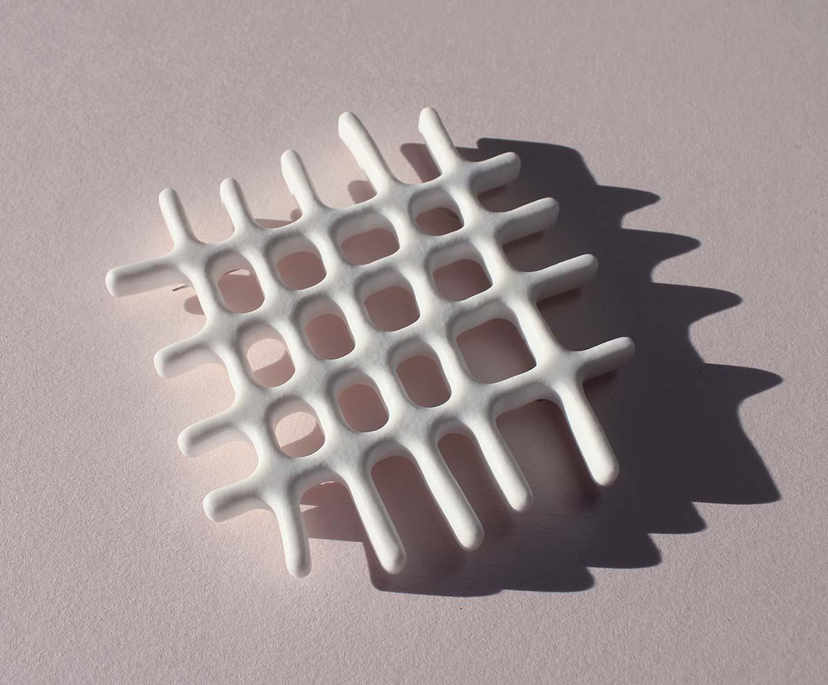 Broche intersecciones. Gabriela Baca. Joyería de arte Barcelona. Corian. Reciclaje. Recrafted, upcycling