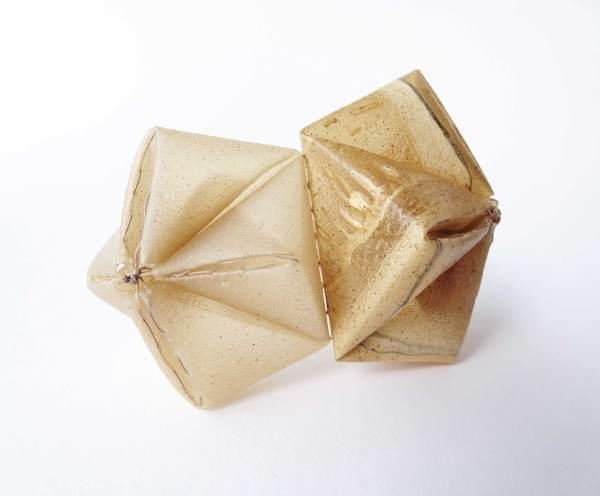 Bioplástico. Biodegradable. broche. Brooch. Jewelry design. Bioplástico. Joyería Barcelona. Joyas de diseño. Arte en Barcelona